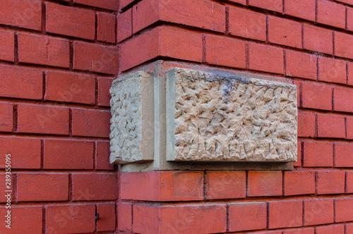 Slika na platnu Helle Bossensteine aus Sandstein als Ecksteine in Farbkontrast zu einer Hauswand