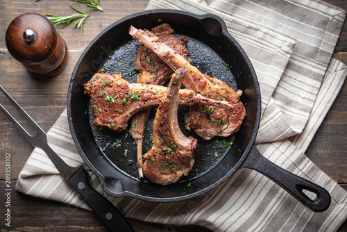 grilled lamb chop on cast iron pan Fototapete