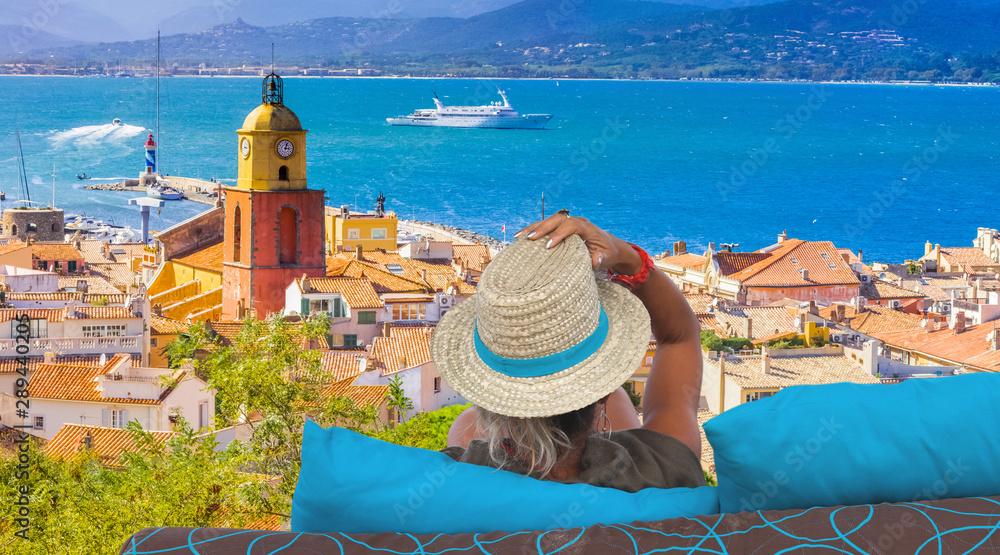 femme au chapeau admirant la ville de Saint-Tropez, France