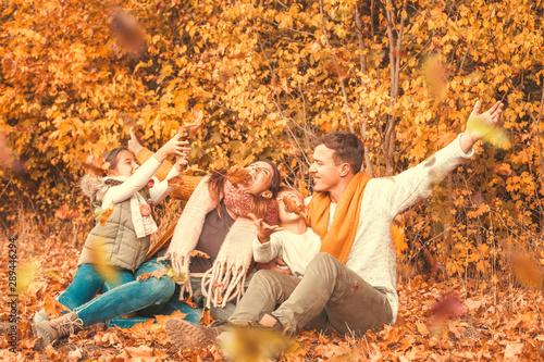 Obraz na plátně  Junge moderne Familie in der Natur Herbstbeginn