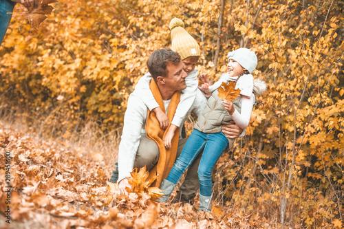 Fotografie, Obraz  Dad mit Kids im Herbst beim spielen