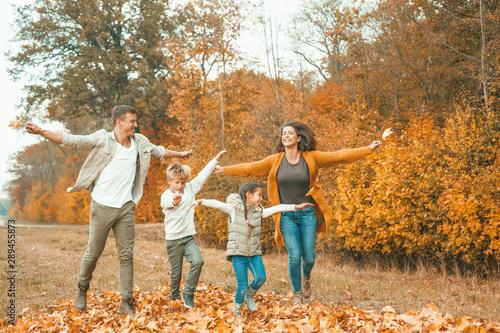 Fototapeta  junge Familie rennt im Herbst
