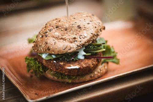 Photo Vegetarischer gesunder Burger, der wie ein Hamburger aussieht