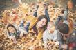 canvas print picture - glückliche Familie im Herbst mit 2 Kindern