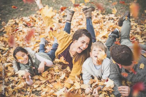 glückliche Familie im Herbst mit 2 Kindern Fototapet