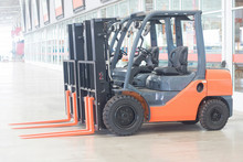 Red Electrical Forklift Truck For Service Indurtrail Container Transport Store Heavy Weight