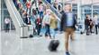 Leinwandbild Motiv Anonyme Menge Leute auf Rolltreppe auf Messe