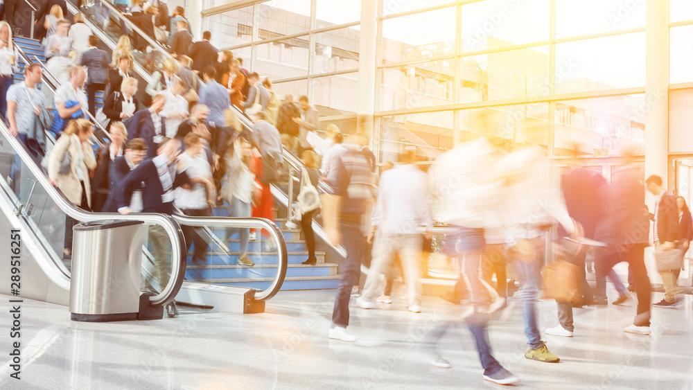 Leinwandbild Motiv - Robert Kneschke : Viele Geschäftsleute als Menschenmenge auf Messe