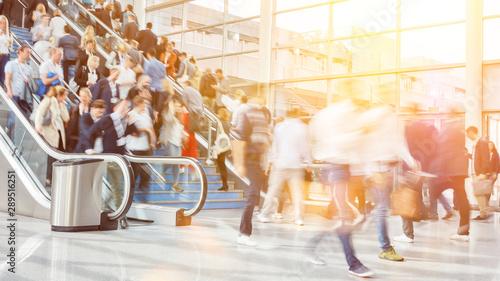 Viele Geschäftsleute als Menschenmenge auf Messe