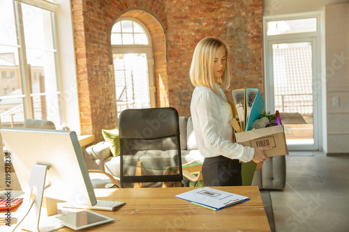Pinturas sobre lienzo  Young businesswoman fired, looks upset