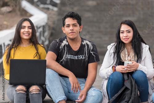 Valokuva  jovenes en grupo