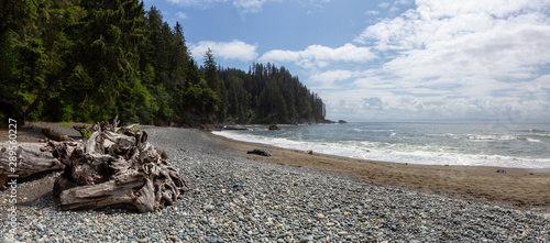 Photo  Beautiful Panoramic View of a rocky coast on the Juan de Fuca Trail during a sunny and cloudy summer day