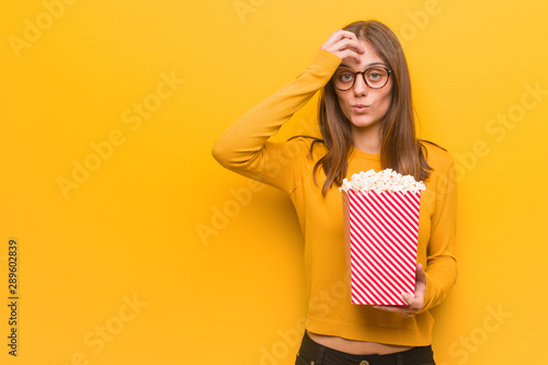 Photo Young pretty caucasian woman worried and overwhelmed