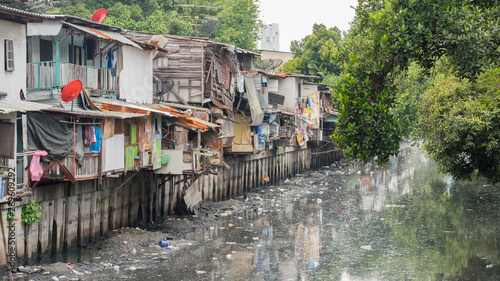 Fotografija Bangkok, Thailand: slums along a smelly canal (Khlong Toei) full of mud and plastic garbage in Khlong Toei District