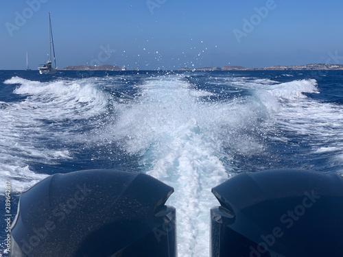 Motorboot Fahrt auf dem Mittelmeer Wallpaper Mural