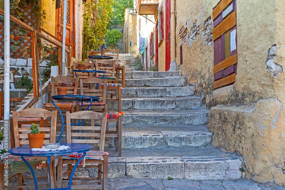 Ulica kawiarni w centralnej starożytnej części Aten; Grecja