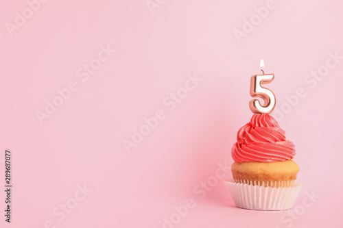 Cuadros en Lienzo  Birthday cupcake with number five candle on pink background, space for text