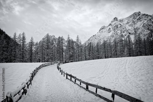 Gipfel in den Sextner Dolomiten im Winter mit einem dramatischen Himmel, schwarzweiß Foto, Südtirol, Italien © si2016ab