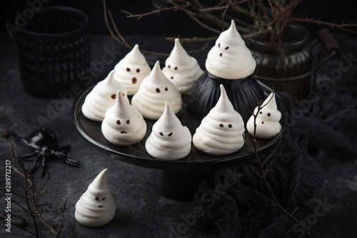 Photo  Halloween ghost meringues