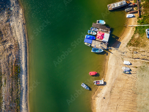 Fotomural Drone view at A stranded old boat in Dospat lake in the Rhodopes mountains (Bulgaria)