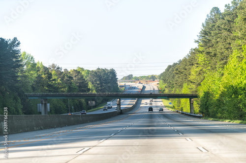 Fotografia Interstate highway 85 road with overpass bridge exit sign road in early morning