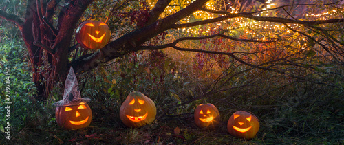 Photo  Halloween pumpkins in night forest