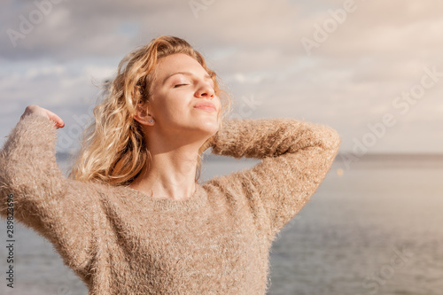 Fotografia Happy woman outdoor wearing jumper