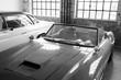 Verstaubter italienischer Sportwagen Klassiker der Fünfzigerjahre in einer alten Fabrik