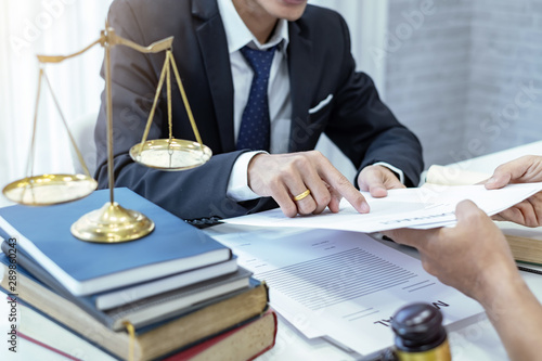 Fotomural  Businessman and lawyer talked about the contract