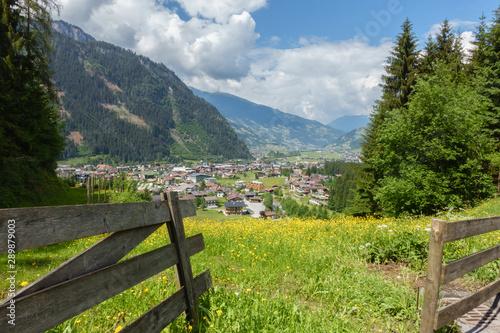 Valokuvatapetti Blick auf den Urlaubsort Mayrhofen im Zillertal