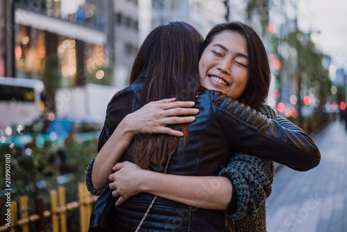 Photo Two japanese women around in Tokyo during daytime
