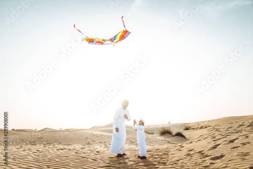 Fotografia  father and son spending time in the desert