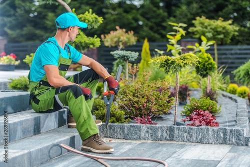Foto auf Leinwand Texturen Gardener and His Garden
