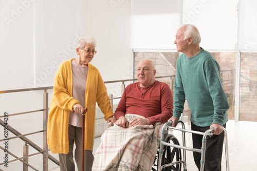 Photo Group of happy senior people in hospital