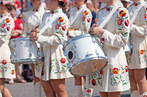 Fotomural Marching band drummers perform, drummers parade in ukrainian costume