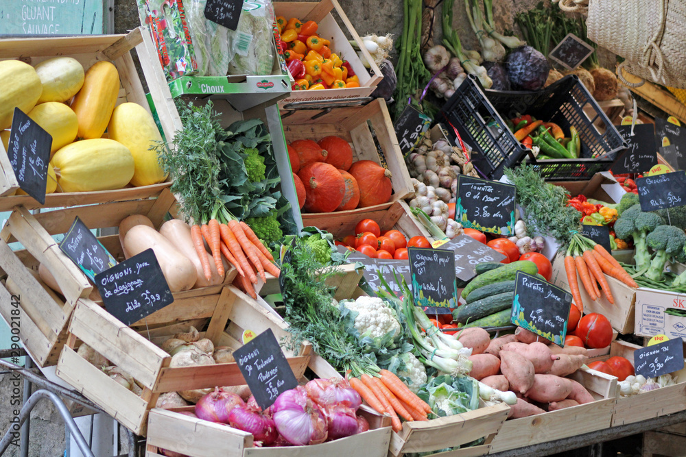 Fototapety, obrazy: Stand, étal de fruits et légumes sur le marché, plateaux en bois.