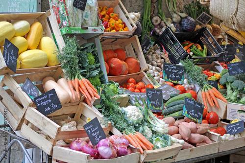 Obraz na plátně  Stand, étal de fruits et légumes sur le marché, plateaux en bois.