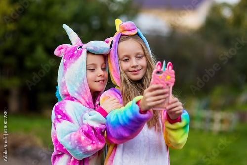 Fotografía Girlfriends in unicorn costumes