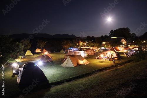 満月と休日のキャンプ場