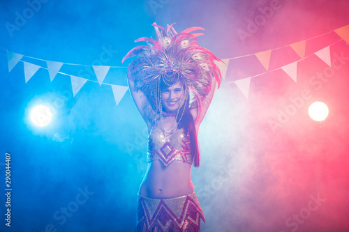 Photo Carnival, dancer and holiday concept - Beauty brunette woman in cabaret suit and headdress with natural feathers and rhinestones