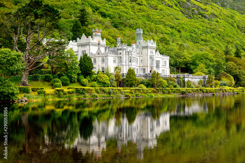 Photo Kylemore Abbey with water reflections in Connemara, County Galway, Ireland, Europe