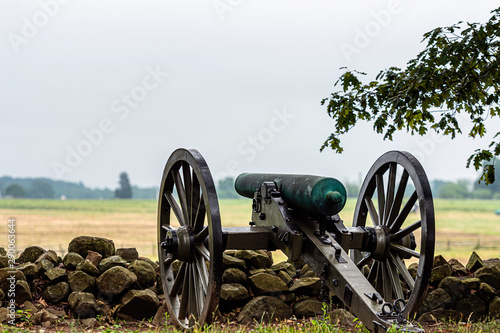 Billede på lærred A Civil War era cannon is placed behind a stone wall in Gettysburg, PA - image