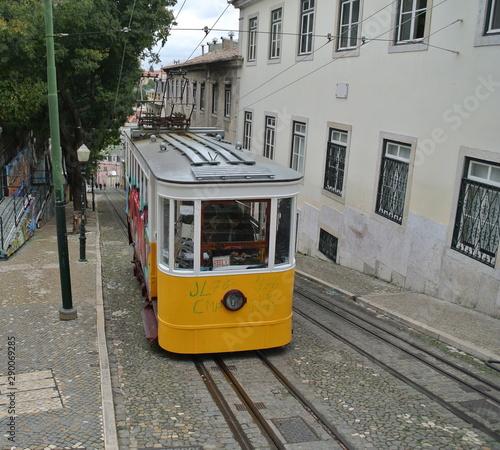 Obraz Tram Alcantara Lissabon - fototapety do salonu