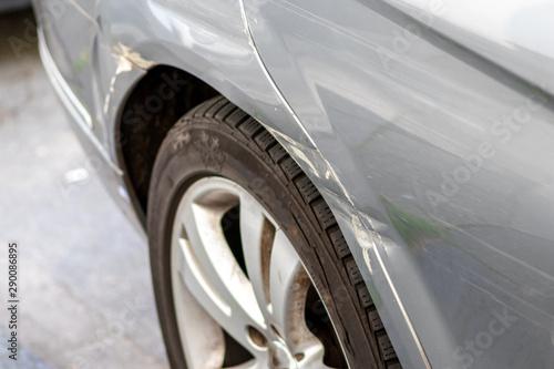 Vászonkép  Grauer PKW mit Blechschaden am hinteren Kotflügel zeigt Beschädigung durch einen