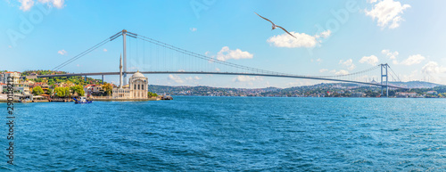Fotografia The Bosphorus Bridge and the Ortakoy Mosque in Istanbul, Turkey, panoramic view