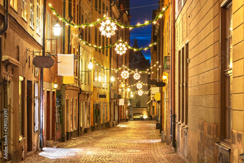Foto auf AluDibond Stockholm Street in Old Town (Gamla Stan) decorated for Christmas time at night, Stockholm, Sweden