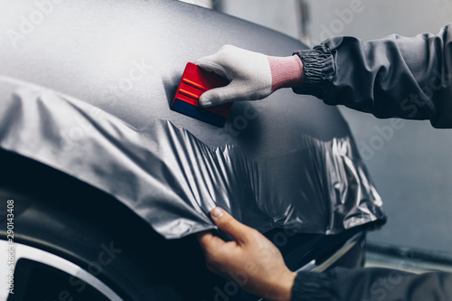 Papel de parede Car wrapping specialist putting vinyl foil or film on car