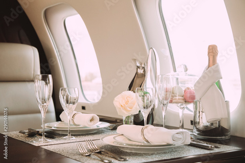Fotografia modern and comfortable interior of business jet aircraft with decor
