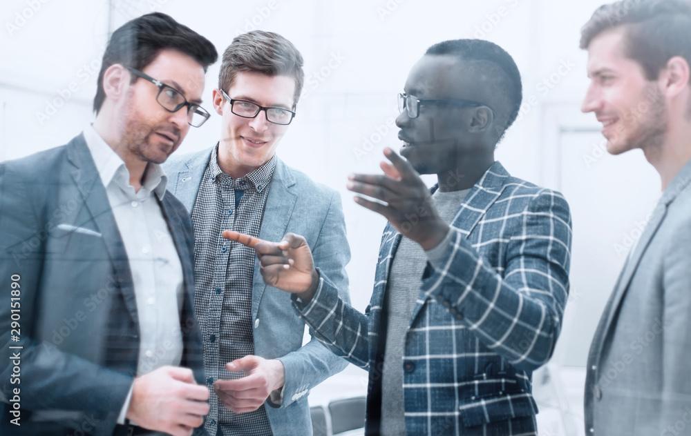 Fényképezés multinational business team discussing new ideas