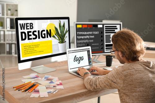 Foto  Young designer working in studio
